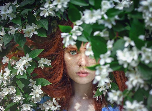 dáma v květech