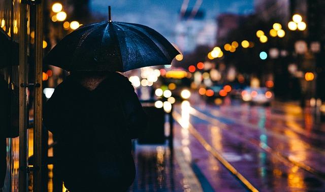 osoba s deštníkem