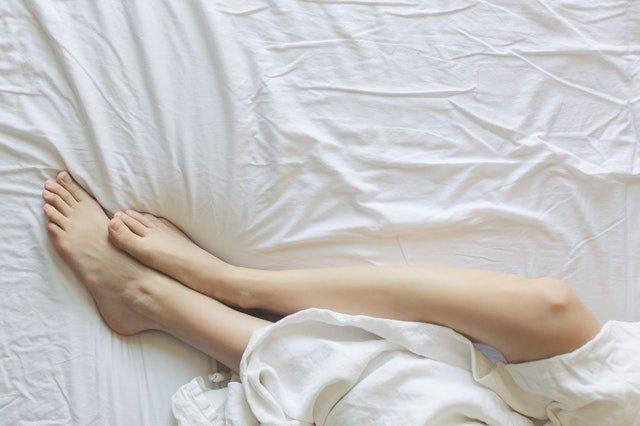 Nohy na bielej plachte.jpg