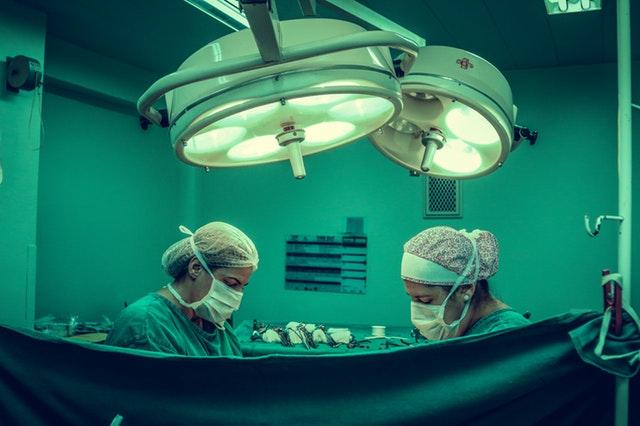 Doktori na operačnej sále.jpg