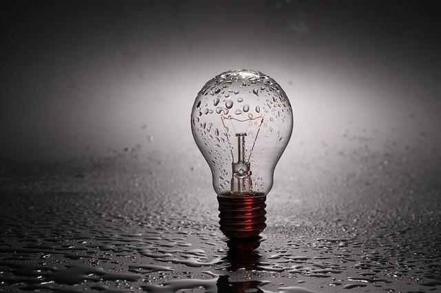 žiarovka pokrytá vodou