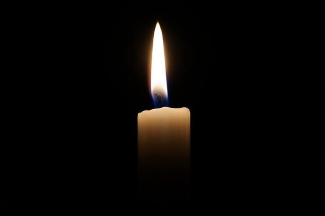 sviečka horiaca v tme
