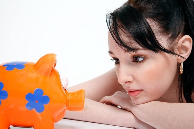 žena pozerá na pokladničku.jpg