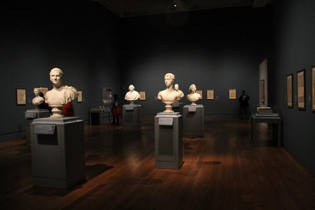 Kamenné sochy na podstavcoch v múzeu.jpg
