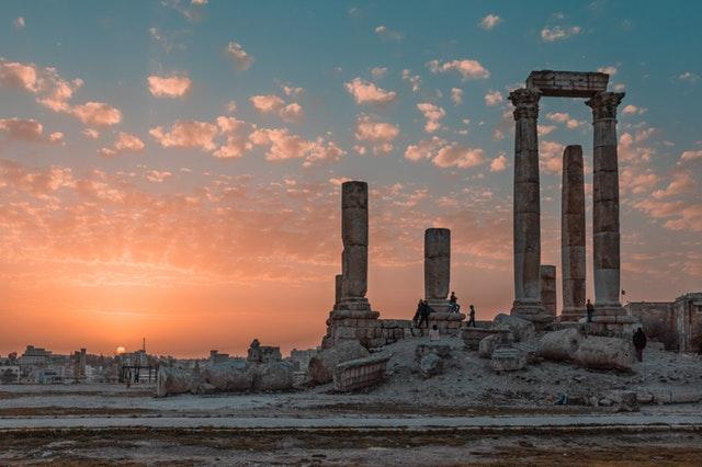 Historické ruiny pri západe slnka.jpg