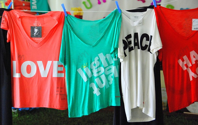 Farebné tričká na šnúre s rôznymi nápismi.jpg