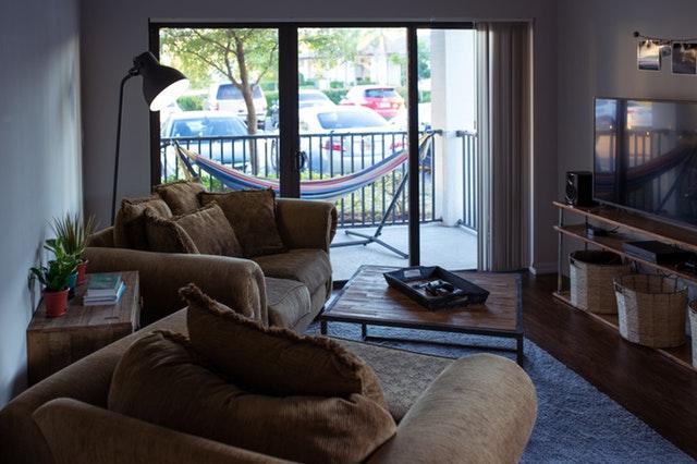 Veľké sklenené dvere v obývacej izbe.jpg