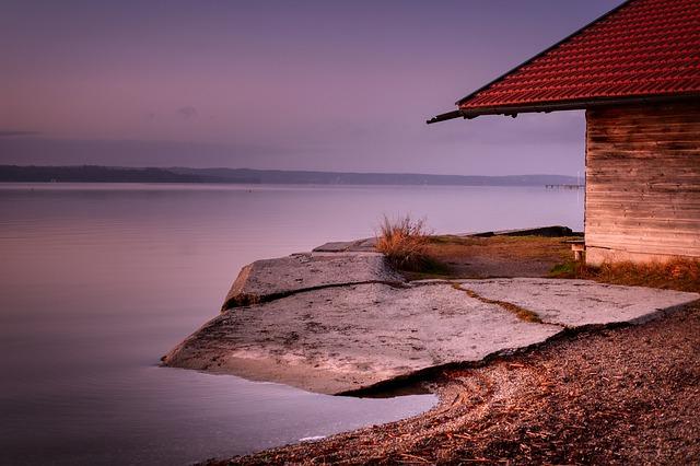 Drevený dom na brehu jazera.jpg
