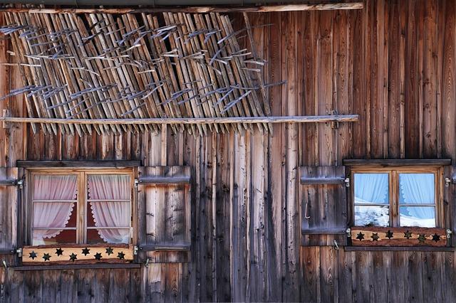 Detail na drevenú stenu drevenice s dvoma oknami.jpg